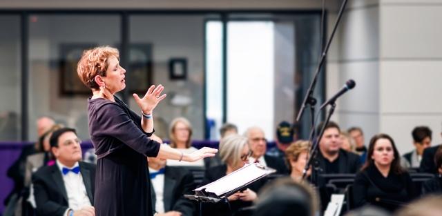 Leah Peer conducting